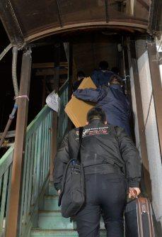 事故起こしたバスの運行会社「イーエスピー」に家宅捜索に入る長野県警の捜査員=東京都羽村市で2016年1月15日午後6時21分、竹内紀臣撮影