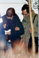 厳しい表情でうつむきながら、遺体安置所を出る人たち=長野県軽井沢町で2016年1月15日午後8時5分、森田剛史撮影