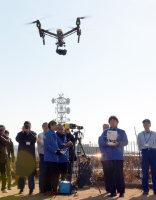 災害訓練でドローンを飛ばす人たち=京都府庁屋上で