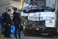 軽井沢警察署で、事故を起こしたスキーバスを視察する石井啓一国交相(左)=長野県軽井沢町で2016年1月16日午前11時22分、後藤由耶撮影