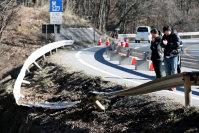スキーバスが転落した現場に献花し、手を合わせる人たち=長野県軽井沢町で2016年1月16日午後0時56分、森田剛史撮影