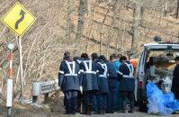 事故現場に向かって黙とうする長野県警の警察官ら=長野県軽井沢町で2016年1月15日午後2時43分、宮間俊樹撮影