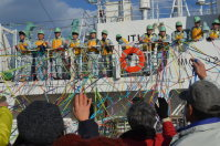 五色のテープで家族らに見送られて遠洋航海実習に出る「りあす丸」の生徒たち=宮古市の藤原ふ頭で