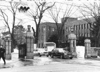 北海道大学の正門=札幌市で1990年3月1日撮影