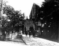国学院大学の正門=1951年12月撮影