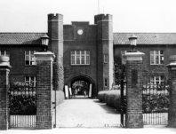 立教大学の正門=1937年10月撮影