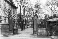 日本女子大学校(現・日本女子大学)の正門と校舎=1930年2月撮影