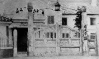 開成学校(現・東京大学)の正門=1968(明治元)年