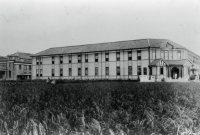 稲田に囲まれた松山高等学校(現・愛媛大学)=松山市で1927年撮影