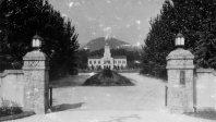関西学院大学正門=兵庫県西宮市で1937年10月撮影
