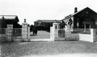 彦根高等商業学校(現・滋賀大学)の正門=滋賀県彦根市で1930年11月撮影