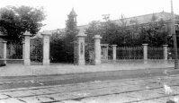 東本願寺の創設した学寮に始まる大谷大学の正門=京都市で1934年1月撮影