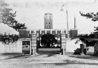 京都市・京都帝国大学(現・京都大学)の正門と時計台=1927年5月21日撮影