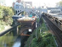 奥は神田川にかかる聖橋。右はJR御茶ノ水駅ホーム=銅崎順子撮影