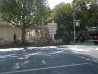 東京メトロ丸ノ内線御茶ノ水駅の出入り口は道路の向かいにも。こちらは池袋方面
