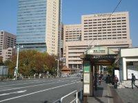 駅前の交差点から右を向くと東京医科歯科大付属病院が見える=銅崎順子撮影