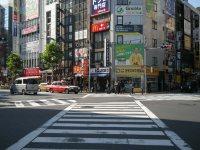 駅前のスクランブル交差点をななめに渡る=銅崎順子撮影