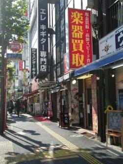 学生が多い街らしく楽器屋の看板が目立つ=銅崎順子撮影