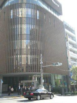 通りを下っていくと左手にレストランなどが入る「紫紺館」=銅崎順子撮影
