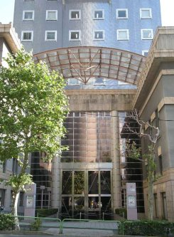 通りを隔てて日本大学大学院法務研究科=銅崎順子撮影
