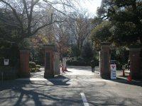 正門を過ぎて進むと学習院中・高等科正門がある=銅崎順子撮影