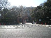 通りの向かい側には警視庁目白署=銅崎順子撮影