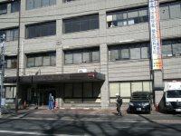 通りの向かい側から見た正門=銅崎順子撮影