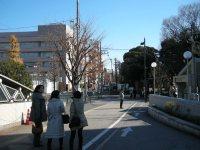 駅舎を背に右に向かうと学習院大学が見える。徒歩30秒と大学ホームページにあったとおり=銅崎順子撮影