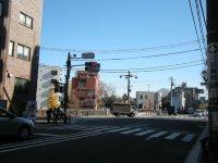 千登世橋の交差点。橋は信号の先=銅崎順子撮影