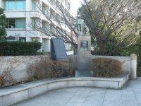橋のオープンスペースにある像と碑=銅崎順子撮影