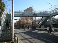 歩道橋が見えるともうすぐ=銅崎順子撮影