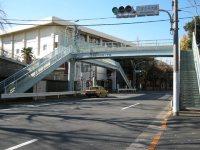 正門の前にある歩道橋=銅崎順子撮影