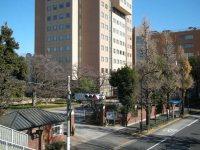 歩道橋の上から正門を望む=銅崎順子撮影