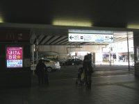 小田急経堂駅改札を出たところ。右に進む=銅崎順子撮影