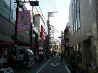 駅前の商店街、農大通りを進む