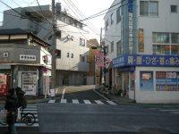 経堂駅入口の交差点。正面の道に進むと住宅街=銅崎順子撮影