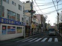 交差点を右に見たところ=銅崎順子撮影