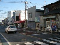 交差点を左に見たところ。横断歩道を渡って左に進む=銅崎順子撮影