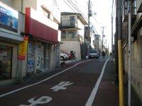 交差点を曲がったところ。この道を直進する=銅崎順子撮影