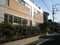 小学校の隣は幼稚園=銅崎順子撮影