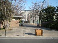 駐輪場の先は東京農大第一高校の正門=銅崎順子撮影
