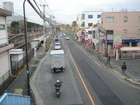 駅を背にして左側の府中街道を横断歩道から見た=銅崎順子撮影