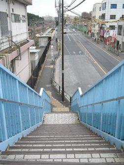 横断歩道を降りる=銅崎順子撮影