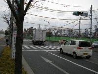 最初の交差点「北府中駅」を右折する=銅崎順子撮影
