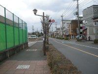 この道を約10分ほど進む=銅崎順子撮影