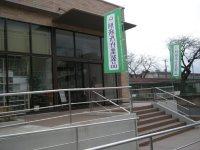 道路左手にある刑務所作業製品の展示販売所=銅崎順子撮影