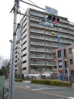 「幸町一丁目」の信号を左折=銅崎順子撮影