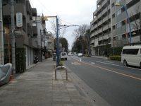 左折して国分寺街道を見る=銅崎順子撮影