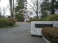 街道の左手に東京農工大学本部=銅崎順子撮影
