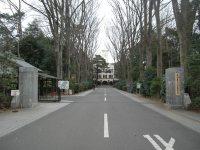 その正面に東京農工大学農学部の正門=銅崎順子撮影